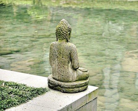 Bei Buddha-Statuen im Lotussitz kann man z.B. gut die aufgerichtete und zentrierte Wirbelsäule sehen.